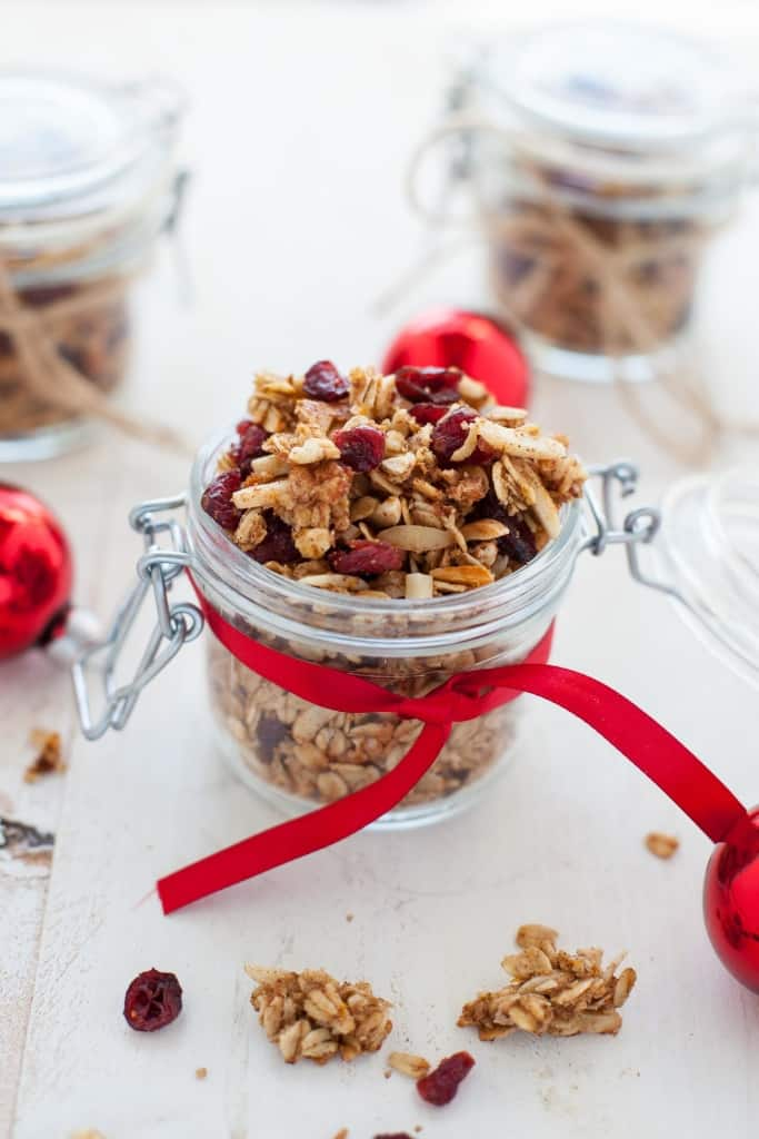 124ea1d0121b Looking for some last minute holiday DIY food gifts  This holiday cranberry  orange granola is festive and flavorful and packs perfectly into mason jars  for ...