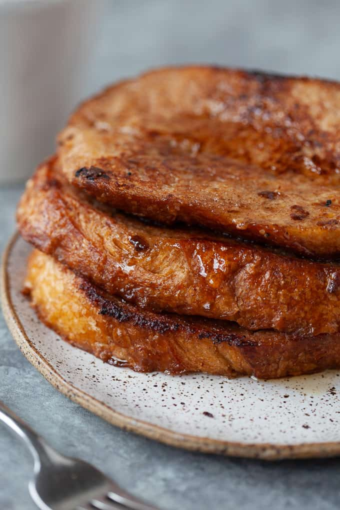 This easy vegan french toast calls for only 5 ingredients! And it's still crispy, sweet and golden-brown. Perfect for Sunday brunch, or my favorite - breakfast for dinner! #vegan #frenchtoast #breakfast